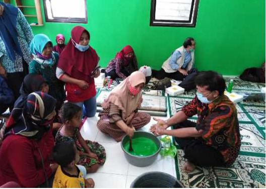 Pengabdian Pembuatan Sabun Cuci Piring dan Pemanfaatan Minyak Jelantah Bagi Warga Transmigrasi Lokal, Imogiri